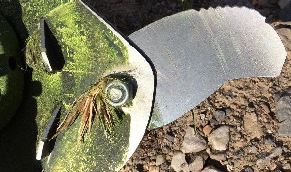 Grass dragged around gearhead by pivet bolta