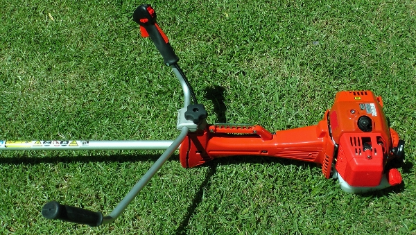 Anti vibration handle bars on brush cutter (600x339)